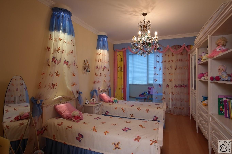 Сестра переодевается в своей комнате 6 фотография